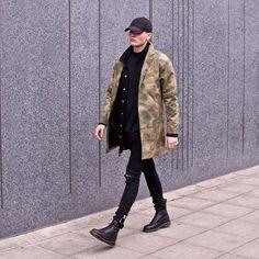Roupa Camuflada Masculina. Macho Moda - Blog de Moda Masculina: Camuflado Masculino: Pra Inspirar e Onde Encontrar Roupa Camuflada, moda masculina, moda para homens, roupa de homem, camuflado, All Black, Casaco Camuflado, Bota Preta, Coturno Masculino preto,