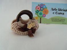 Miniatura de bolsa em crochê com detalhe de flor e laço de cetim. Confeccionada com linha 100% algodão e alça em acrílico. Um bela opção para compor roombox e/ou vitrines. R$ 4,00