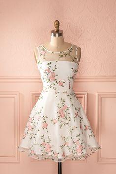 Elle portait sur sa robe une roseraie délicate, toute en lumière et en candeur. She wore on her dress a delicate rose garden, bright and candid. White flower embroidered organza dress www.1861.ca