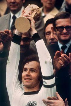 Franz Beckenbauer - Bayern Munchen, New York Cosmos, Hamburg SV, West Germany. Legends Football, Football Icon, Best Football Players, School Football, Soccer Players, Football Soccer, Football Pitch, Soccer Stars, Sports Stars
