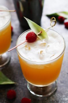 This Pineapple Cocktail is a refreshing, tropical cocktail. Made with vodka, pineapple juice, raspberry liqueur & vanilla. Vanilla Vodka Drinks, Vodka Cocktails, Cocktail Drinks, Yummy Drinks, Rye Drinks, Alcoholic Beverages, Pineapple Cocktail, Pineapple Juice, Cocktail Shaker Recipes