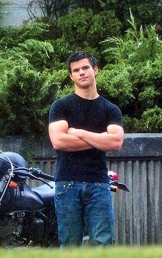 Taylor Lautner playing Jacob in the twilight saga Twilight Jacob, Twilight Film, Twilight Breaking Dawn, Twilight New Moon, Twilight Quotes, Taylor Lautner, Bella Swan, Xavier Samuel, Billy Burke