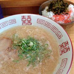 東京都千代田区飯田橋にある、本場の博多ラーメンを食べられる店『博多ラーメンセンター』。場所はわかりにくいものの、カウンターのみの手狭な店内は、お昼時になるとすぐに満員になる。替え玉は若干高いものの、全体的に値段はリーズナブル。