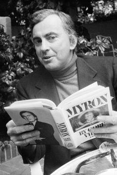 Gore Vidal, fue un escritor, ensayista, militar, guionista y periodista estadounidense, candidato al Premio Nobel de Literatura.