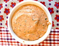 Coucou !! Une recette du site supra génial « un déjeuner de soleil » (dont je vous ai déjà parlé), une crème qui se marie bien avec pâtes, viande, légumes…Dans un sandwich, comme tartinade ou trempette…Sur une pizza ou une focaccia…Bref avec tout Il vous faudra – 110g de poivrons rouges grillés (250g crus) – 110g de ricotta – Du basilic …