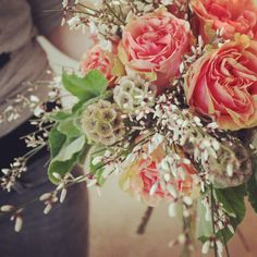 Scabiosa pods, coral roses, geranium, ginestra #bouquet #anthologyco