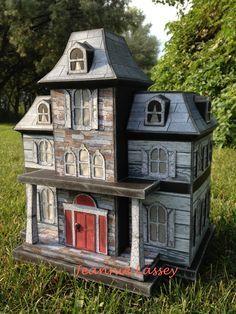The Decadent Dollhouse - Bom Bom Halloween Village, Halloween Haunted Houses, Halloween House, Halloween Diy, Family Halloween, Happy Halloween, Haunted Dollhouse, Haunted Dolls, Victorian Dollhouse
