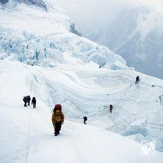 Besucherrekord auf dem Mount #Everest. Mehr als 150 #Bergsteiger haben es allein heute auf den #Gipfel geschafft - so viele wie seit zwei Jahren nicht mehr. Im vergangenen Jahr hatte zum ersten Mal seit Jahrzehnten niemand den Everest bestiegen - wegen des schweren Erdbebens in #Nepal wurden alle Expeditionen abgebrochen. Traditionelle Bergsteiger warnen vor den Folgen des Tourismus am #MountEverest. Denn immer wieder sterben Menschen in der Kälte weil es wegen des starken Andrangs zu…