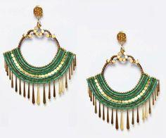 Originales pendiente flamenco en tono verde hoja que combina con detalles en dorado y pequeñas lágrimas que cuelgan.
