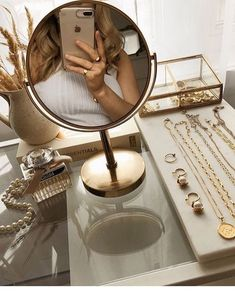 𝒇𝒊𝒍𝒍𝒆𝒅 𝒘𝒊𝒕𝒉 𝒍𝒊𝒈𝒉𝒕 ✨ / - тнιѕ ιѕ arт - Acessórios para Casa Gold Aesthetic, Classy Aesthetic, Cream Aesthetic, Aesthetic Beauty, Room Decor Bedroom, Home, Aesthetics, Fashion Women, Fashion Belts