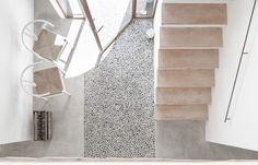 Legno, pietra e cemento per una casa rurale in stile mediterraneo