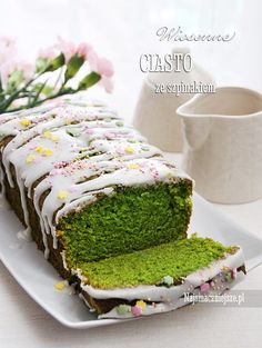 Ciasto ze szpinakiem, lekkie i delikatne o intensywnym zielonym kolorze, bez posmaku liści szpinaku. Ciasto w sam raz na uczczenie dnia Świętego Patryka.