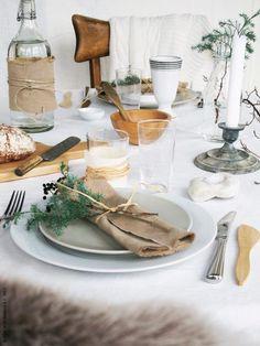Rustikt med trä och naturmaterial, blanda gammalt och nytt och dekorera med fina kvistar.