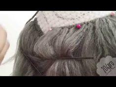 Yün ip kullanarak , arkilik iplik kullanarak oyuncak bebeklerimize saç yapıyoruz. Yün ipten saç nasıl yapılır göstermeye çalışıyoruz. Adım adım kısa videolarla nasıl yapıldığı anlatılıyor. Bize düşen videoyu takip edip amigurumi oyuncaklarımıza , bez bebek modellerimize saç yapmak kalıyor. Bu saç modelini bez