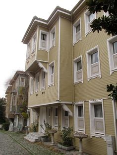 Istanbul - Stara arhitektura u Sultanahmetu Ottoman, Istanbul Turkey, Mansions, House Styles, Travel, Home Decor, Viajes, Decoration Home, Room Decor