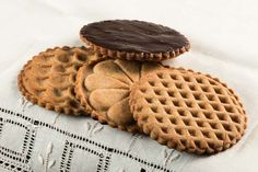 Emboss eye-catching designs in Peanut Butter Stamp Cookies. Chocolate glaze coats the back. Return to tradition. Bake them today. Best Peanut Butter, Peanut Butter Cookies, Chocolate Glaze, Chocolate Chip Cookies, Cookie Recipes, Dessert Recipes, Cookie Bakery, Buttery Cookies, Cookie Decorating