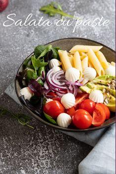 Salată cu: roșii, ceapă roșie, avocado, salată verde, paste și fantomele din brânză Cobb Salad, Avocado, Food, Green, Salads, Hoods, Meals