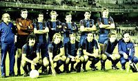 F. C. BARCELONA - Barcelona, España - Temporada 1977-78 - Anguera (utillero), Mora, De la Cruz, Neeskens, Zuviría, Olmo, Migueli; Fortes, Rexach, Cruyff, Asensi, Esteban y Ángel Mur (masajista) - F. C. BARCELONA 3 (Rexach 2 y Asensi), U. D. LAS PALMAS 1 (Brindisi) - 19/04/1978 - Copa del Rey, final - Madrid, estadio Santiago Bernabeu - El BARÇA gana su 18ª Copa de España