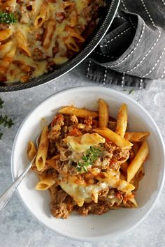 This easy, cheesy one pan mince pasta is going to be your new go-to quick weeknight meal. 30 minutes from start to finish and everything (including the pasta) is cooked in one pan! Minced Beef Recipes, Mince Recipes, Pasta Recipes, Cooking Recipes, Healthy Recipes, Pasta Meals, Savoury Recipes, Fun Recipes, Recipies