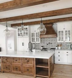 Inspiring White Farmhouse Style Kitchen Ideas To Maximize Kitchen Design 28 Modern Farmhouse Kitchens, Farmhouse Style Kitchen, Home Decor Kitchen, Diy Kitchen, Kitchen Interior, Home Kitchens, White Farmhouse, Awesome Kitchen, Kitchen Decorations