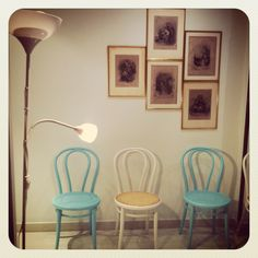 sillas, cuadros y lámpara