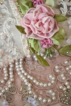 ❥❥❥ Shabby chic and Rosy Pearls Вдохновение каждый день. Lace Ribbon, Silk Ribbon Embroidery, Ribbon Work, Embroidery Patterns, Embroidery Stitches, Vintage Shabby Chic, Shabby Chic Decor, Vintage Lace, Vintage Pearls