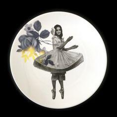 Bord uit de serie History plates van ontwerper Esther Derkx. De foto uit het archief is bewerkt en gecombineerd met een bloemen decoratie. Maat 22 cm, 32,50