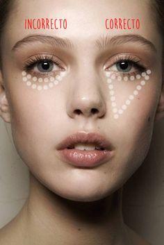 Chica mostrando la manera correcta de aplicar el corrector de ojos