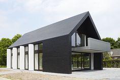 Bob manders architecture - all-wood-cabana henk&esther. Houses Architecture, Residential Architecture, Contemporary Architecture, Architecture Design, Modern Barn House, Modern House Design, Exterior Design, Black Exterior, Cafe Exterior