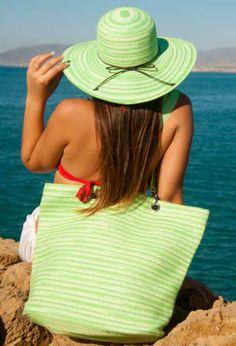 Sombrero y bolsa de playa de rayas verdes.