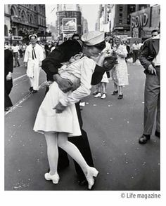 Google Image Result for http://www.nppa.org/news_and_events/news/2008/11/images/Vj_day_kiss.jpg