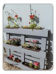 8 Excellent Pallet Garden Ideas For Your Backyard Vertical Pallet Garden, Pallet Planter Box, Herb Garden Pallet, Garden Planter Boxes, Herb Planters, Outdoor Planters, Vertical Gardens, Diy Garden, Palette Planter