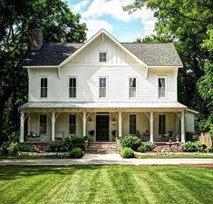 33 Stunning Rustic Farmhouse Exterior Design Ideas - Modern urban farmhouse are home design keywords that are very popular today as the natural aesthetic vibe is very much in sync with being grounded to . White Farmhouse Exterior, Farmhouse Plans, Farmhouse Design, Rustic Farmhouse, Southern Farmhouse, Victorian Farmhouse, Urban Farmhouse, Farmhouse Homes, Interior Exterior