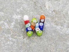 Lettera W   Iniziale in vetro di murano. Ciondolo pendente, colori vari con murrine inserite.