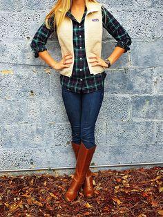 Den Look kaufen:  https://lookastic.de/damenmode/wie-kombinieren/weste-beige-businesshemd-dunkelblaues-und-gruenes-enge-jeans-dunkelblaue-kniehohe-stiefel-rotbraune/3949  — Beige Kordweste  — Dunkelblaues und grünes Businesshemd mit Schottenmuster  — Dunkelblaue Enge Jeans  — Rotbraune Kniehohe Stiefel aus Leder