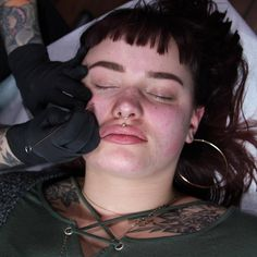 People flock to this New York tattoo parlor to get cosmetic tattoos! They are done by artist Bethany Wolosky, often using a stick and poke tattoo method, and can last up to two years. If you've ever wanted freckles, this could be the treatment for you. How To Get Freckles, Fake Freckles, Sommersprossen Tattoo, Tattoo Care, Stick N Poke Tattoo, Stick And Poke, Hair Tattoos, Time Tattoos, Little Tattoos