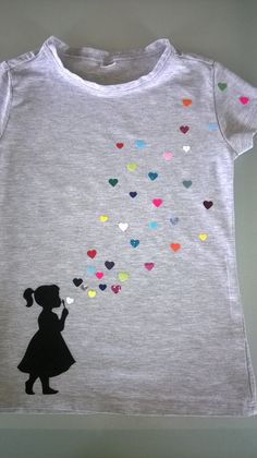 Need an idea of what to do with your scraps? Cut them into hearts for a cute shirt! Fabric Paint Shirt, Paint Shirts, T Shirt Painting, Fabric Painting, Tshirt Painting Ideas, Hand Embroidery Designs, Embroidery Patterns, Sewing Patterns, Diy Clothing