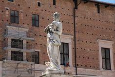 Statua di San Crescentino davanti al Duomo di Urbino. Image from globemy.com