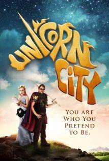"""UNICORN CITY  Commedia d'esordio in stile Gondry, che ha il difetto di curare troppo l'ambientazione, trascurando invece la caratterizzazione dei personaggi. Il risultato è divertente, ma ha il limite di rivolgersi solo al pubblico nerd.  RSVP: """"Napoleon Dynamite"""", """"Be Kind Rewind"""".  Voto: 6 (d'incoraggiamento)."""