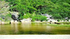 Dòng suối nước ngọt mát lạnh ôm trọn sườn núi chảy ra Bãi Môn