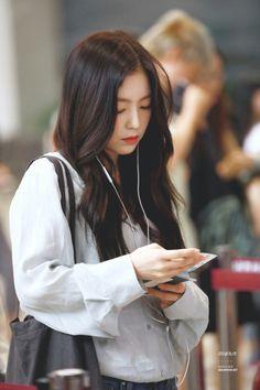Read 19 from the story Perfecta para mi (joyrene)Red Velvet by lizzyunicornio with 370 reads. Seulgi, Kpop Girl Groups, Kpop Girls, Korean Girl, Asian Girl, Irene Red Velvet, Red Velet, Airport Style, Girl Crushes