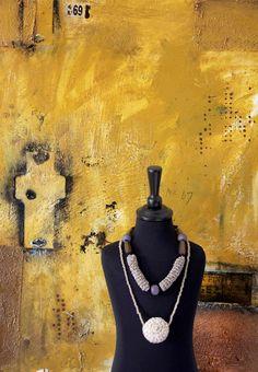 Parløb – udstilling om 25 års samarbejde. Tekstile smykker af Lisbeth Tolstrup, maleri på lærred af Lars Pryds. Aktuel i Galleri Lisse Bruun 31.10.–23.11.2013