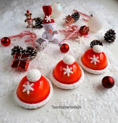The Christmas cap - JN's desserts - Holiday Vibes Christmas Sweets, Christmas Candy, Christmas Cookies, Christmas Time, Entremet Recipe, Elegante Desserts, Magnum Paleta, Cookie Exchange, Cookie Desserts