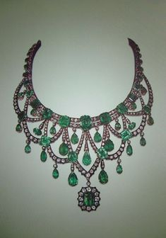 Collier d'émeraudes et diamants ayant appartenu à la famille impériale d'Iran. Photo : D.R.