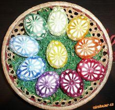 Háčkovaná kraslice 1 Decorative Plates, Jar, Crochet, How To Make, Easter Ideas, Color, Hands, Children, Spring
