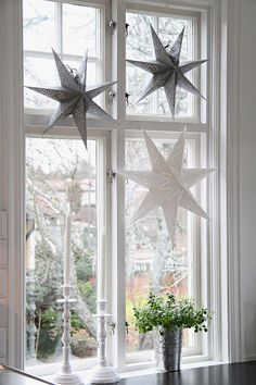 17 Lovely Christmas Window Decor Ideas to Jazz Up Those Glass Panes! decorations windows 17 Lovely Christmas Window Decor Ideas to Jazz Up Those Glass Panes! Nordic Christmas, Elegant Christmas, Christmas Home, Christmas Lights, Christmas Window Display Home, Christmas Stars, Christmas Feeling, Christmas Windows, Christmas Crafts