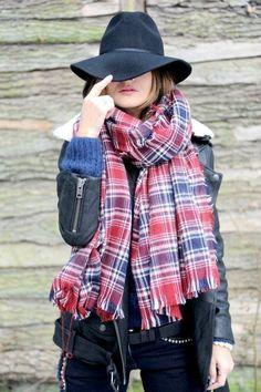 Découvrez des idées de looks pour porter vos écharpe en hiver sur un col roulé, dans un style très moderne et tendance pour une femme.