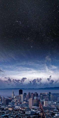 Una ciudad bajo el cielo estrellado ...