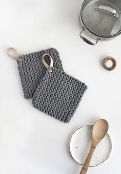 How to knit a pot holder with a leather handle. Topflappen DIY Knit Potholders - Homey Oh My Diy Holiday Gifts, Diy Gifts, Christmas Diy, Crochet Diy, Crochet Hot Pads, Crochet Projects, Sewing Projects, Diy Projects, Photo Projects