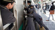 Japon Metrosunun İnanılmaz Gerçeği! Bu Metroya Binmek İstemezsiniz!    Atalarımız beterin beteri var sözünü boşuna söylememiş.     İnsan durumuna şükretmek için mutlaka bir sebep bulabilir.  Japon metrosuna binen yolcuları gördüğünüzde durumunuza şükredeceksiniz.    Metroya binmeye çalışan insanların bedeni, ve Canada Goose Jackets, Winter Jackets, Hot, Winter Coats, Torrid